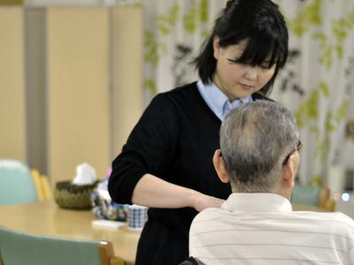 デイサービスにて体調チェックを行う看護師