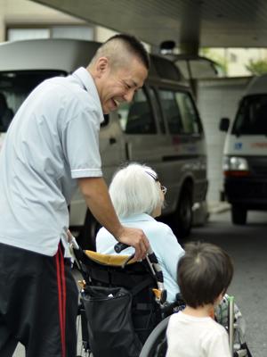 車いすを押す介護職員